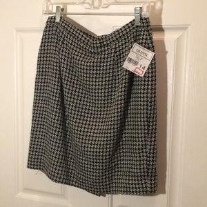 Dresses & Skirts - New Gianni petite black and white shirt size 14